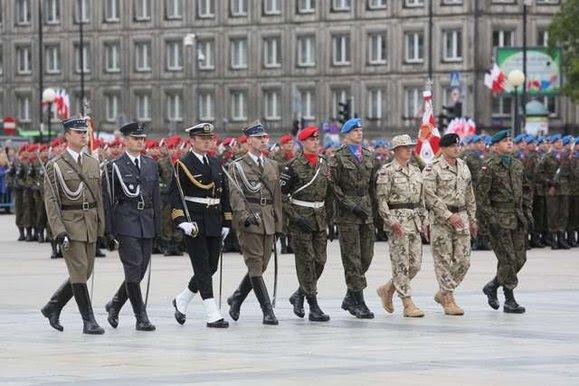 Defilada WP przed kolumnadą Pałacu Saskiego - Grób Nieznanego Żołnierza - w Warszawie