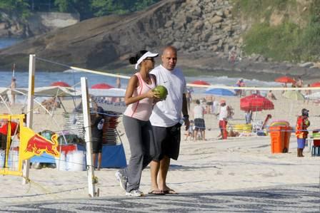 Grávida, Taís Araújo caminha nas areias do Leblon
