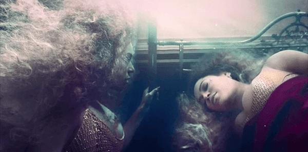 Beyoncé acaba em um submarino quarto - simbólica do útero e renascimento iminente.  Lá, seu antigo auto vê seu novo eu.