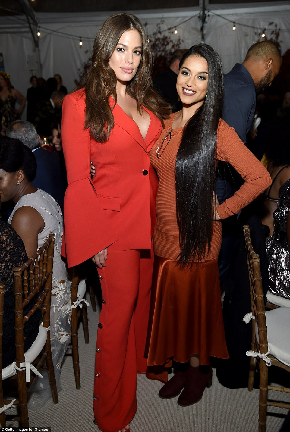 Sorrir!  Ela parou para uma foto com Lilly Singh que parecia linda em seu conjunto de laranja queimada