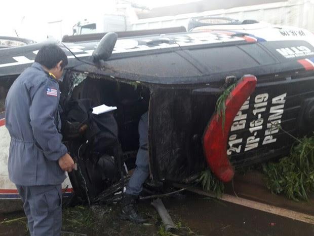 Policiais Militares ficaram presos nas ferragens e precisaram de resgate na BR-135 (Foto: Divulgação/PRF)