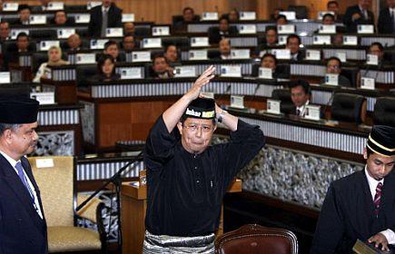 """Tidak sampai lima minit selepas mengangkat sumpah sebagai Ahli Parlimen Bukit Gantang diarah keluar dewan kerana tindakan melaungkan slogan """"bubar DUN"""" sebaik sahaja menurunkan tandatangan angkat sumpah sebagai Ahli Parlimen dan ingkar arahan Speaker supaya menanggalkan lilitan """"BUBAR DUN"""" Perak"""