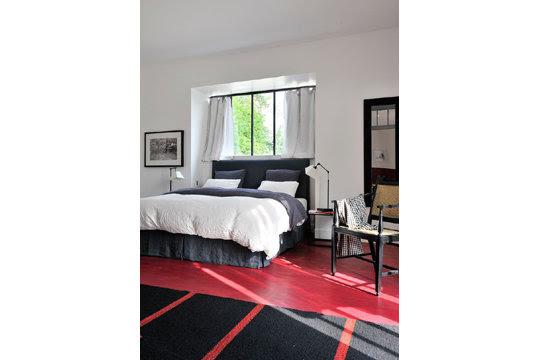 Rouge, blanc et noir pour une chambre élégante
