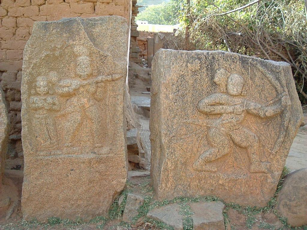 Hero stones in Heggunda