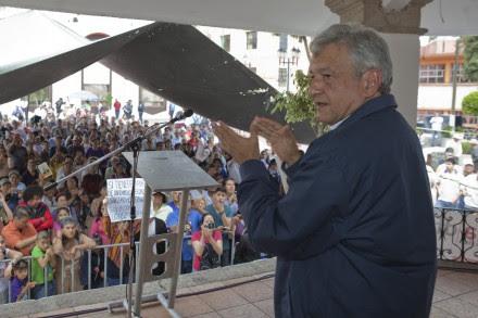Andrés Manuel López Obrador se reunió con simpatizantes en la explanada delegacional de Magdalena Contreras. Foto: Eduardo Miranda