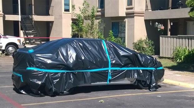 Carro é lacrado por equipe de limpeza que deve desinfectar apartamento onde ficou hospedado primeiro paciente a ser diagnosticado com ebola nos EUA (Foto: Reprodução/Twitter/City of Dallas)