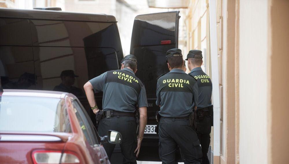 Se entrega a la policía el presunto autor del robo de una furgoneta en Cambados