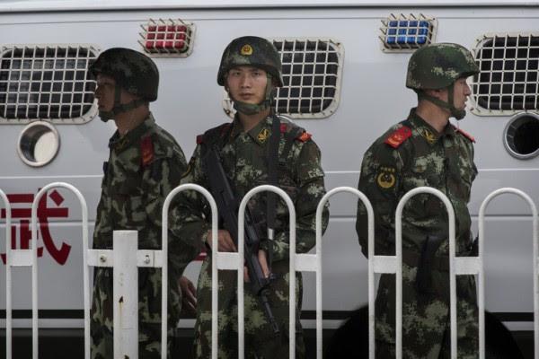 2014年6月4日,北京天安门广场如临大敌,戒备森严,处于半封闭状态,到处都是荷枪实弹的武警及警察便衣。(Kevin Frayer/Getty Images)