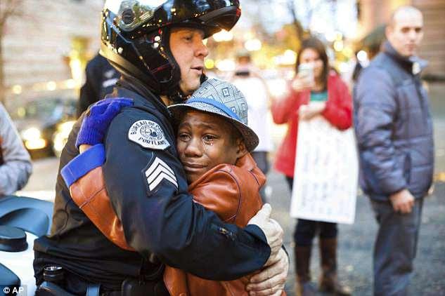 L'un des enfants du couple, Devonte, 15 ans, dont le corps n'a pas encore été retrouvé, a fait les gros titres en 2014 quand une photo de lui en train de serrer en larmes un policier lors d'un rassemblement viral