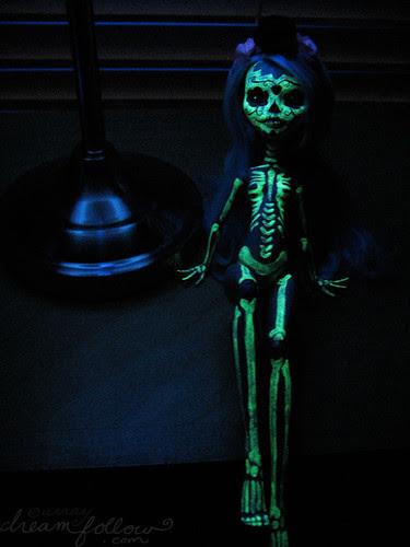 muertos glowing under the blacklight