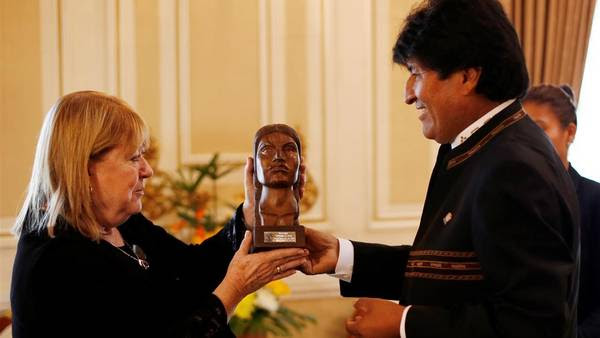 Regalo. Evo obsequia ayer en La Paz a Malcorra una escultura de la luchadora indígena Bartolina Sisa. / AP