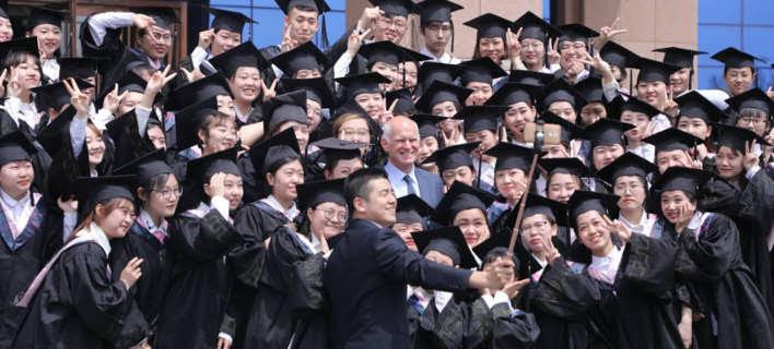 Κινέζοι φοιτητές στριμώχνονται για μια φωτογραφία με τον Παπανδρέου [εικόνες]
