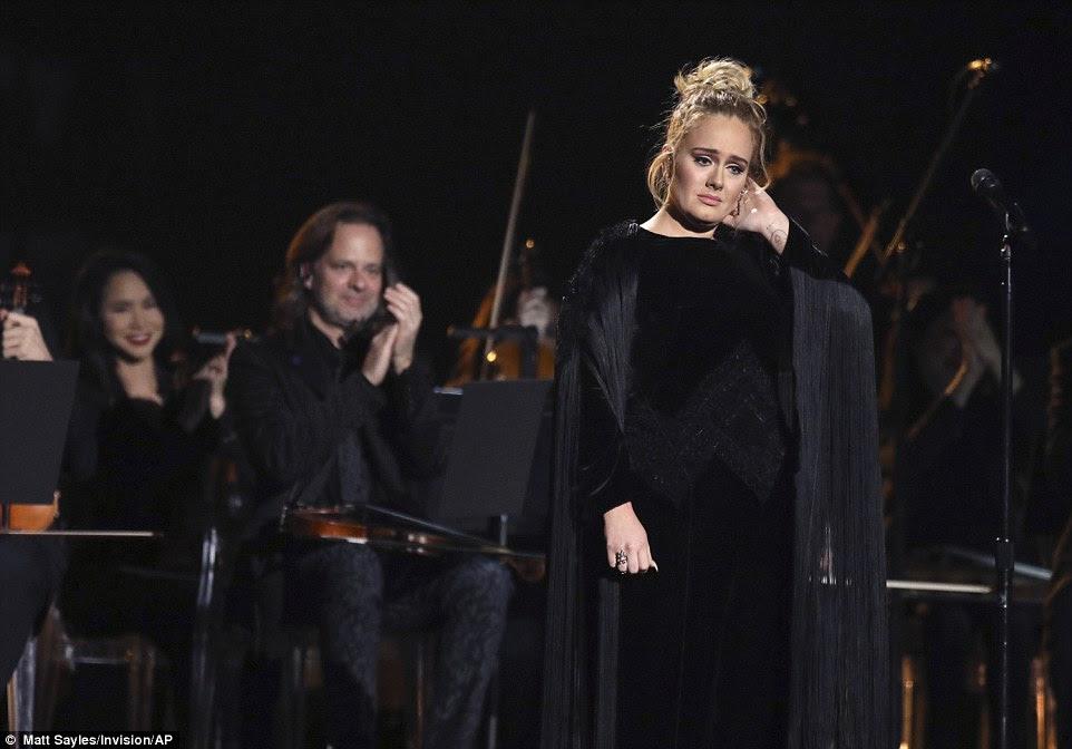 Ouch: Como havia um pouco de uma dificuldade técnica, ela pediu para fazer a música novamente e parecia muito preocupado no final do desempenho