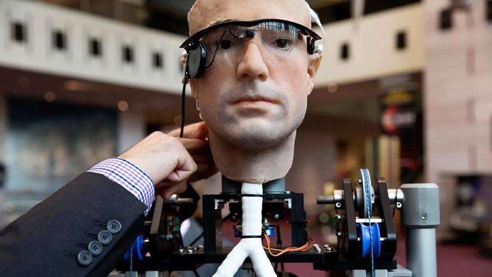 Πραγματικότητα αποτελεί πλέον ο «βιονικός άνθρωπος». Το όνομα του είναι Ρεξ και αποτελεί το πιο εξελιγμένο ρομπότ του πλανήτη.  Ο Ρεξ είναι αποτέλεσμα έρευνας 17 εταιρειών και η κατασκευή του στοίχισε 1 εκατομμύριο ευρώ.  Ο «βιονικός άνθρωπος» μπορεί να κινείται, να βλέπει και να μιλάει, να ακούει, να κουνάει τα χέρια του, ενώ έχει καρδιά, πνεύμονες και άλλα ζωτικά όργανα.  Το μόνο που δεν μπορεί να κάνει ο Ρεξ, τουλάχιστον προς το παρόν, είναι να σκέφτεται. Η ομοιότητα του με τον άνθρωπο είναι εκπληκτική και ειδικά στο πρόσωπο.  Ωστόσο, ο Ρεξ είναι εντελώς τεχνητός και αποτελείται από πλαστικό και ατσάλι, καλώδια, βίδες και μπουλόνια.