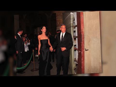 George Clooney y Amal Alamuddin hacen su aparición en la alfombra roja