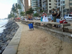 Areia tem manchas de sangue; local do ataque é monitorado pela Polícia Militar (Foto: Priscila Miranda / G1)