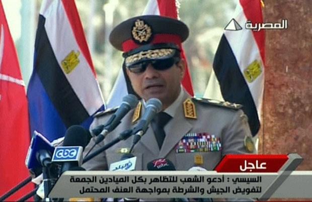 O chefe do exército do Egito,  Abdel Fattah al-Sisi, discursa nesta quarta-feira (24) (Foto: AFP)