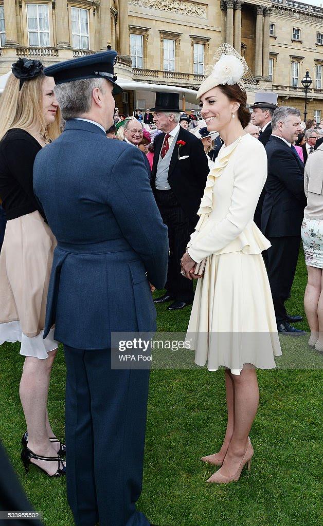 Katarzyna, księżna Cambridge wita gości uczęszczających garden party w Buckingham Palace w dniu 24 maja 2016 roku w Londynie, w Anglii.