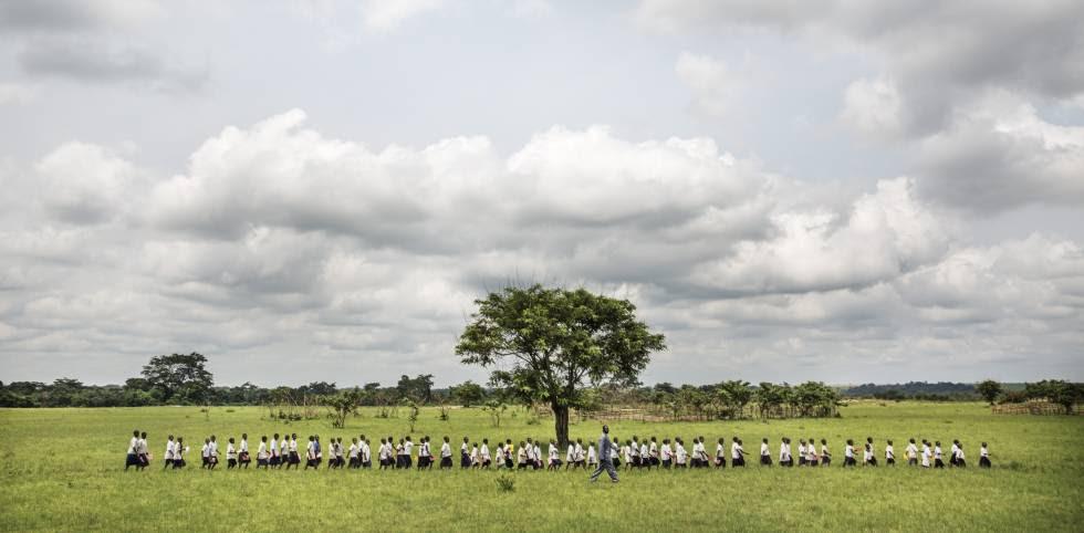 Niños acuden a los centros de vacunación en los alrededores de la ciudad katanguesa de Kamina.