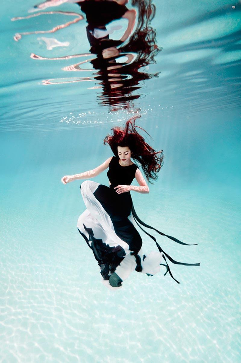 Сексуальная и красивая девушка занимется подводным плаванием