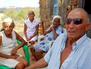 Luiz Costa Oliveira, 90, ao lado das três Franciscas - mulher, cunhada e sogra - com quem tem 36 filhos