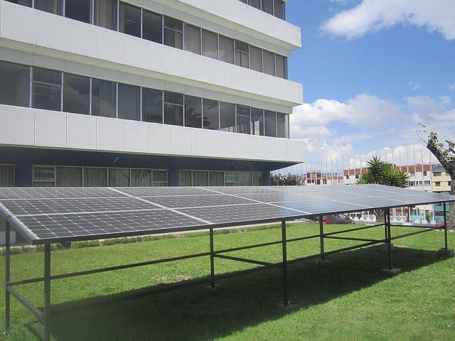La sede en Quito de Organización Latinoamericana de Energía (Olade), que aglutina a 27 países de la región, se abastece de energía con los paneles fotovoltaicos instalados en su edificio, en una iniciativa para impulsar el uso y la generación de energía solar entre los organismos públicos de sus miembros. Crédito: Mario Osava/IPS