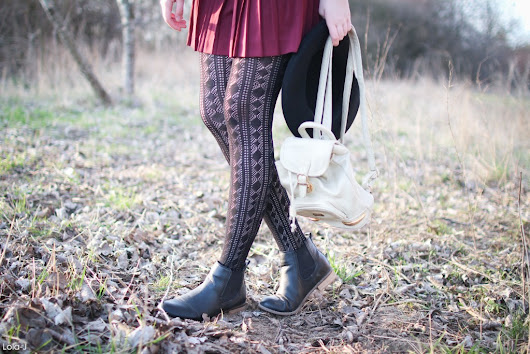 OUTFIT: Bordeaux skirt + black Penti tights - Lola-J