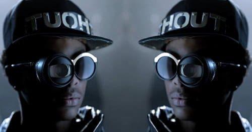 Um dos olhos desse cara é, aparentemente, uma lente de câmera - uma maneira futurista de colocar o sinal inevitável um olho no vídeo.