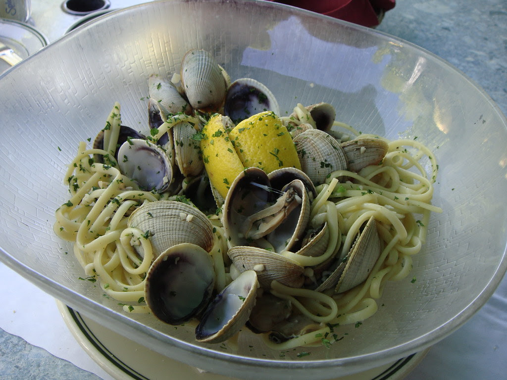 Clams in garlic sauce with linguine
