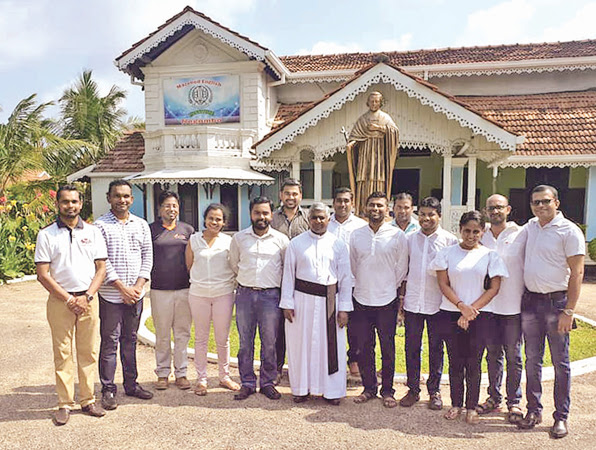 Chairman of the Young Professionals Organization Harshana Rajakaruna, Director Caritas Fr. Lawrence Ramanayake and the Colombo Chapter President Pesala Karunarathna along with the members handed over the goods to the affected families.