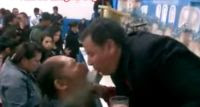 Vídeo de pastor que cospe na boca de fiel durante culto causa polêmica entre evangélicos; Assista