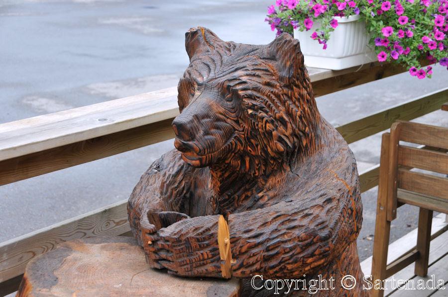 Carved wooden bears in Finland / Osos tallados en madera en Finlandia / Ours en bois taillés en Finlande