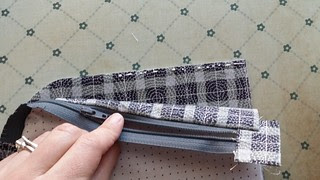 curved Zipper pouch