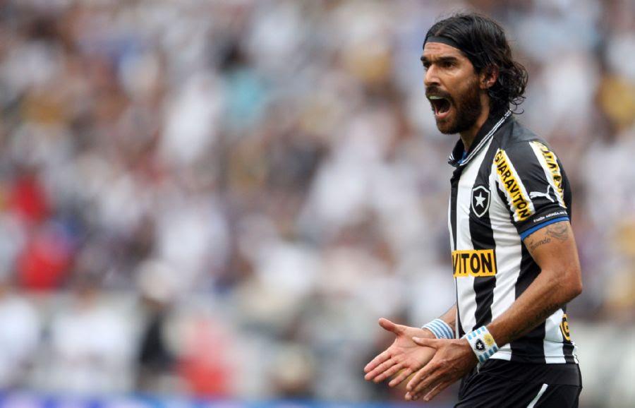 Loco Abreu comemora um dos seus dois gols na partida / Fabio Motta/AE