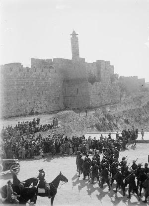 Parata delle truppe inglesi presso la Porta di Giaffa dopo la conquista della Palestina