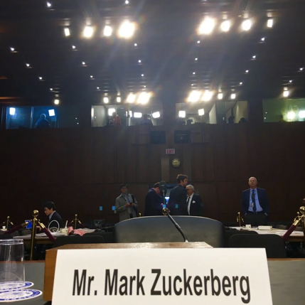 MARK ZUCKERBERG, DE GURU DE INTERNET A LEÓN CORPORATIVO