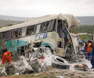 Acidente entre 3 veículos na Bahia (Foto: Zenildo Meira/Agência A Tarde/AE)