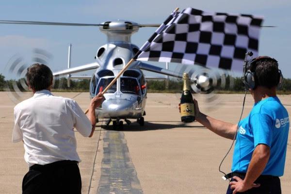 El equipo de Eurocopter celebra la hazaña con un champagne. (Fotos: Eurocopter)
