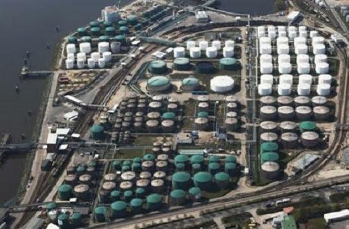 Simpanan minyak berlebihan, harga jatuh merudum