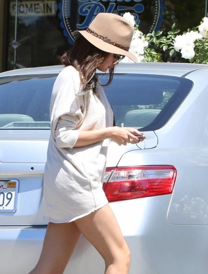 Selena Gomez long legs show -04