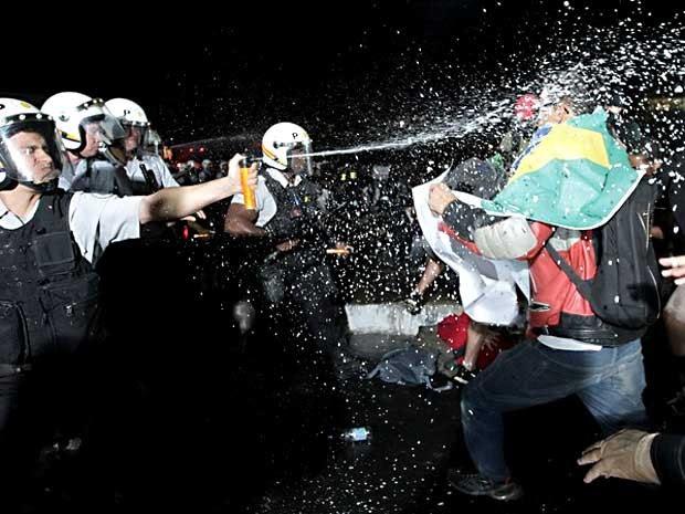 Confronto entre manifestantes e policiais durante protesto em Brasília (Foto: Dida Sampaio/Estadão Conteúdo)