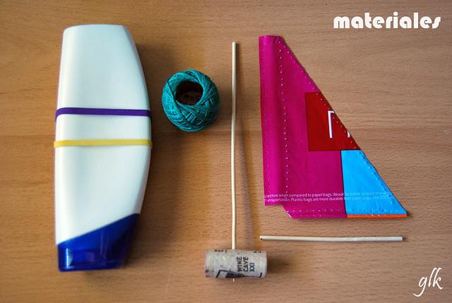 velero con bote de plástico