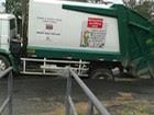 Caminhão de lixo atola em avenida de Mogi (Reprodução / TV Diário)