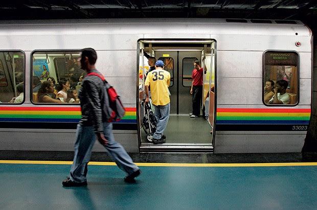 HOMENS TRABALHANDO Linha de metrô em Caracas. Tudo começou com uma conversa entre Lula e Hugo Chávez (Foto: Juan Barreto/AFP)