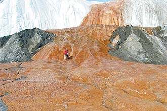 Frente da geleira Taylor, na Antártida, com as Blood Falls (Cachoeiras de Sangue, em inglês), vermelhas devido à ferrugem