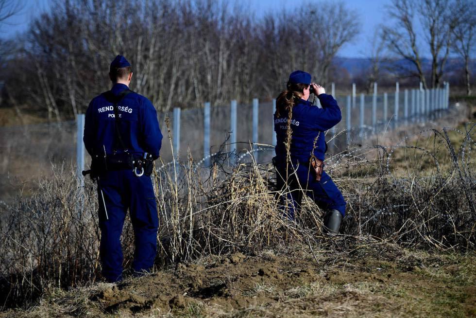 Dos policías patrullan la valla fronteriza entre Hungría y Croacia el 23 de febrero.