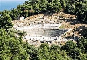 Με τοπικό μάρμαρο επενδύεται ξανά το αρχαίο θέατρο Θάσου