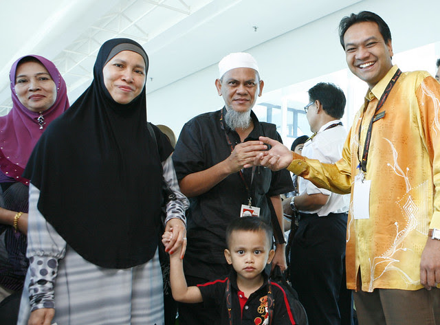 Director Ministry of Tourism Malaysia Johor, Mohammad Isa Abdul Halim greeting passengers