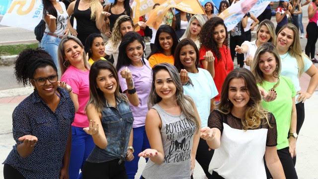 Meninas chamam atenção durante eleição em Nova Iguaçu, na Baixada Fluminense