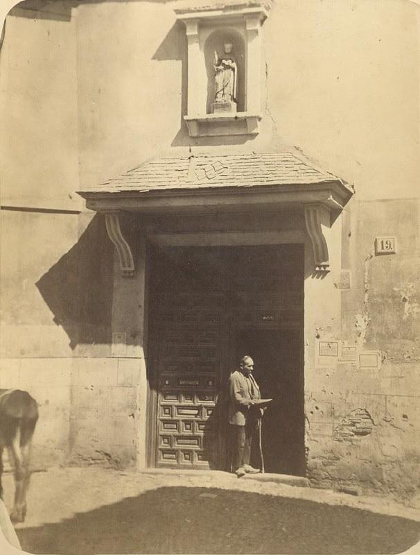 Puerta de la Iglesia de San Nicolás hacia 1875. Fotografía de Casiano Alguacil © Museo del Traje. Centro de Investigación del Patrimonio Etnológico. Ministerio de Educación, Cultura y Deporte